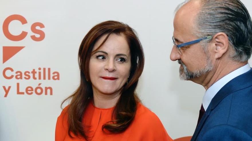 Silvia Clemente (i), junto al coordinador regional de Ciudadanos, Luis Fuentes (d), momentos antes de anunciar la candidatura a las primarias de este partido por parte de la primera para optar a la presidencia de la Junta.