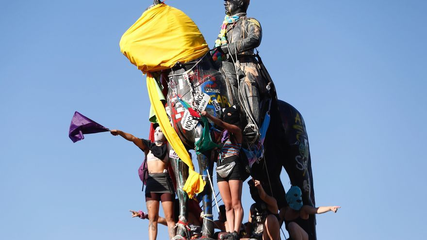 Retiran en Chile la estatua del epicentro de las protestas para restaurarla