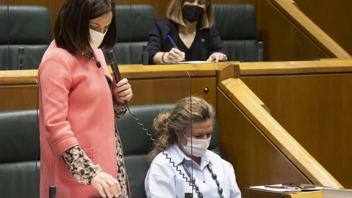 Beatriz Artolazabal, con la consejera de Salud, en el Parlamento Vasco
