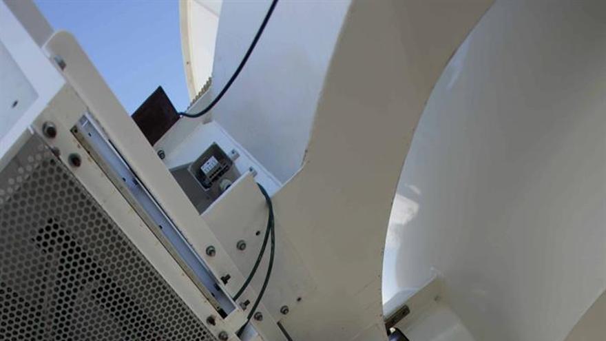 """El rey Felipe VI atiende a las explicaciones del director del Instituto Astrofísico de Canarias (IAC), Rafael Rebolo (d), sobre las instalaciones robóticas que forman parte del experimento hispanobritánico """"Quijote"""", que ha visitado acompañado de la ministra de Fomento, Ana Pastor (i), en el Observatorio del Teide, en Tenerife, donde ha inaugurado seis telescopios robóticos. EFE/Cristóbal García"""