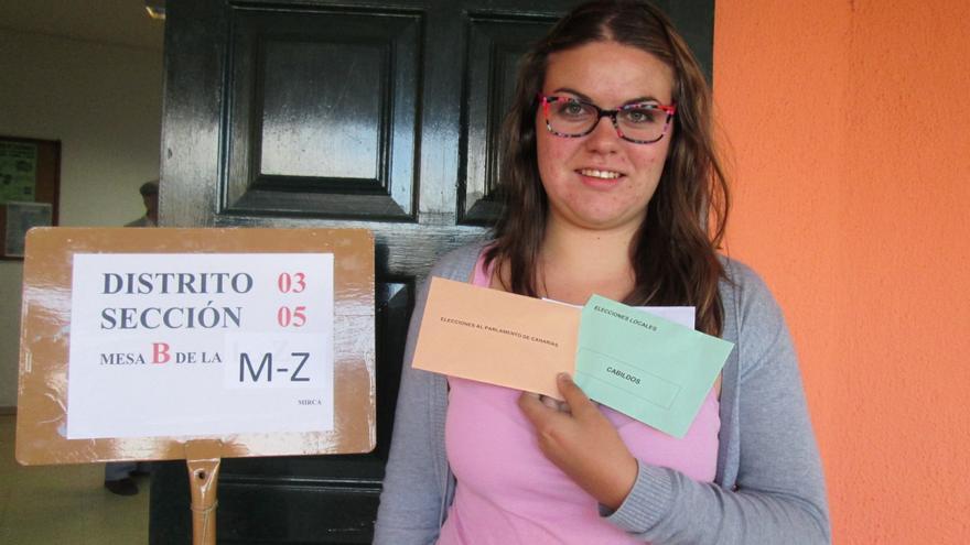La joven Lucía García momentos antes de ejercer su derecho a voto por primera vez. Foto: LUZ RODRÍGUEZ.