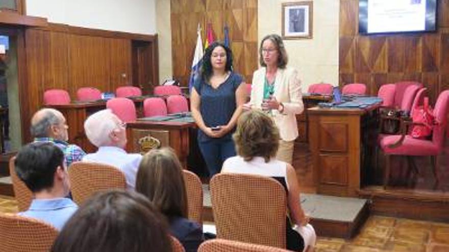 Tatiana Lorenzo y Cristina Hernández, en la presentación de la convocatoria de ayudas a pymes celebrada en el Cabildo de La Palma.