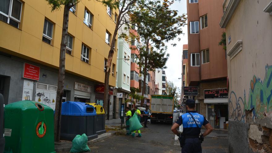Operarios municipales recogen los restos de un árbol en la calle La Naval.