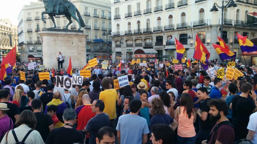 Decenas de personas reclaman en Madrid un referéndum tras la abdicación del rey