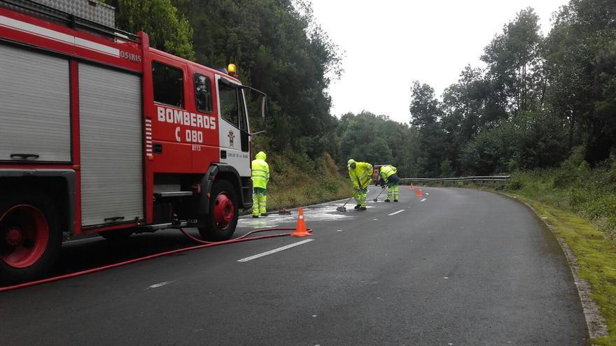 En las tareas de limpieza del aceite derramado participan los bomberos y personal de Medio Ambiente y Carreteras del Cabildo. Foto Cabildo de La Palma.