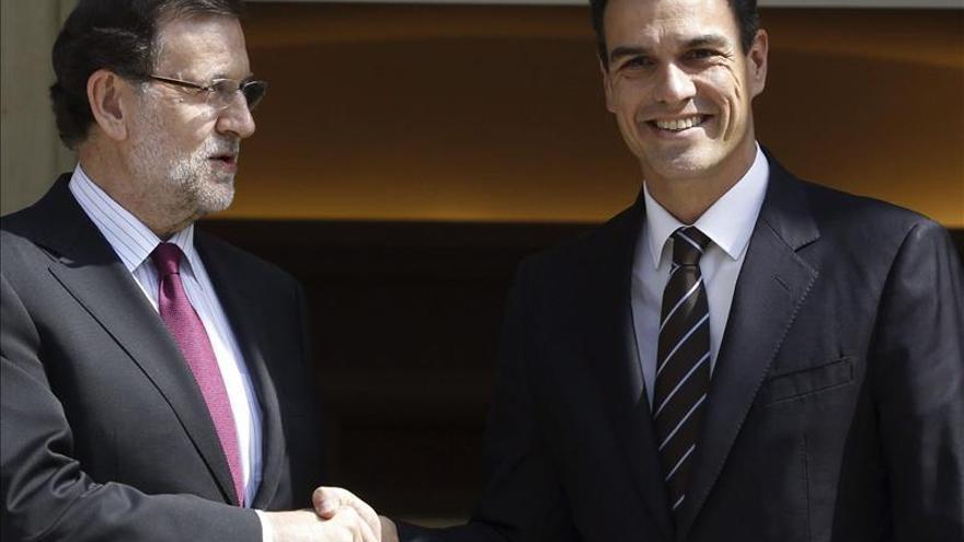 Rajoy recibe a Sánchez para su primera reunión en el Palacio de la Moncloa.