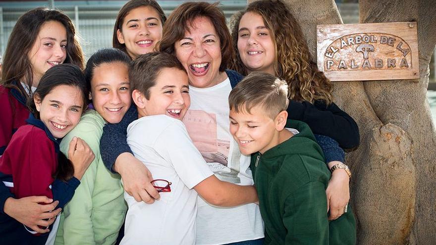 La profesora Elisa Betancort junto a sus alumnos.