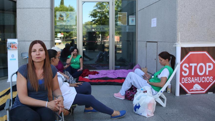 Mónica, junto a compañeras de la PAH, frente al Ayuntamiento de Leganés. / Marta Jara