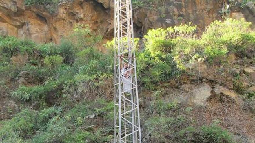 El curso de seguridad en la ejecución de trabajos en altura se desarrolla en el estadio de fútbol Silvestre Carrillo (en la imagen).