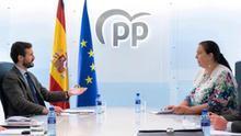 El líder del PP, Pablo Casado, durante la reunión que ha mantenido con representantes de la Asociación de Victimas del Terrorismo (AVT), encabezados por su presidenta, Maite Araluce, esta mañana en la sede de Génova.