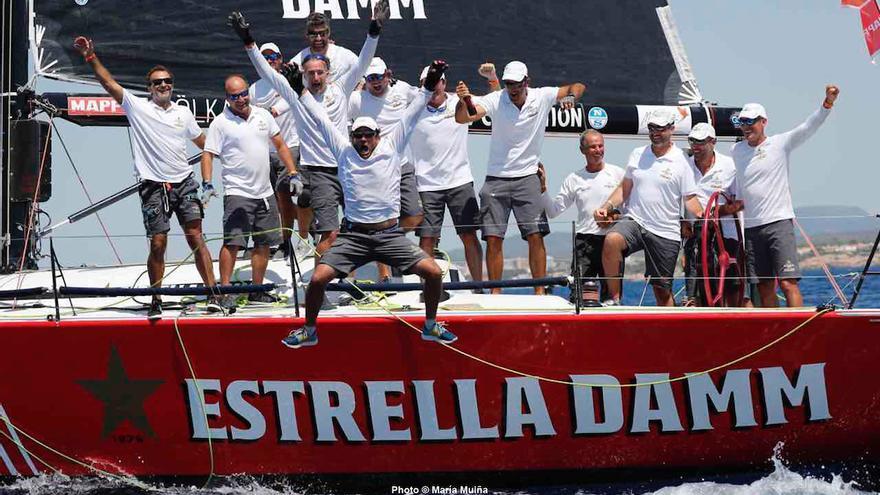 La tripulación del barco ganador nada más concluir este sábado las pruebas en aguas de Palma de Mallorca