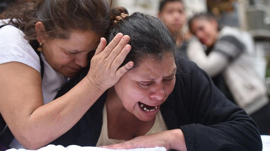 Rosa María Tobar (d), madre de la niña Rosa Espino Tobar, llora sobre el ataúd donde esta el cuerpo de su hija, momentos antes de su entierro el viernes 10 de marzo de 2017, en el Cementerio General de Guatemala (Guatemala).