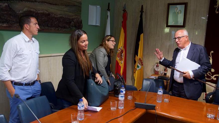 Pedro Amador, del Partido Progresista Majorero (PP Majo), junto a los miembros de su partido Guacimara González, Evelin Gómez y Rafael Benitez. EFE/Salvador De Saá