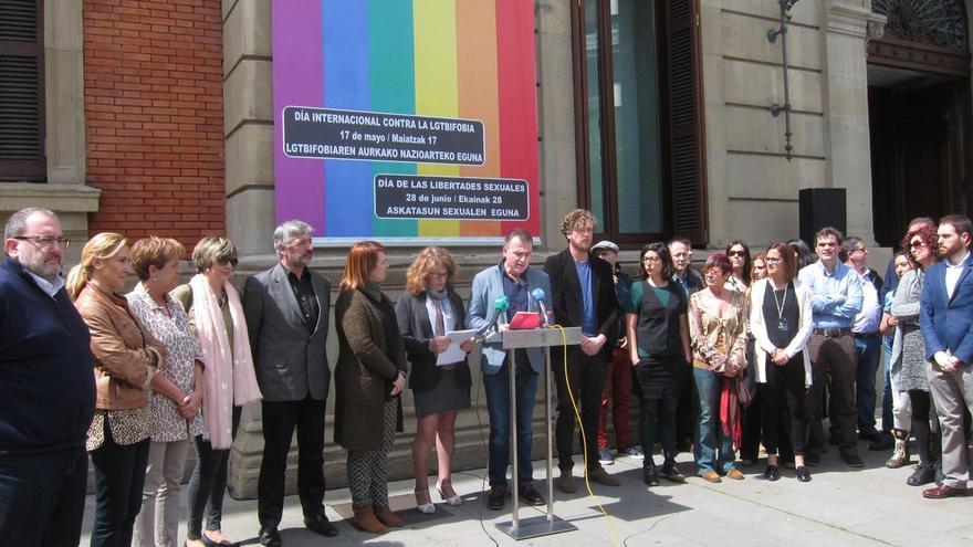 Parlamentarios navarros y ciudadanos participan en Pamplona en una concentración contra la homofobia