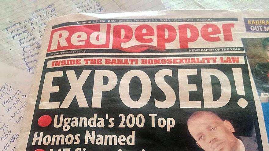 Portada del periódico Red Pepper, que publica la fotografía del padre Musaala y le señala como homosexual.