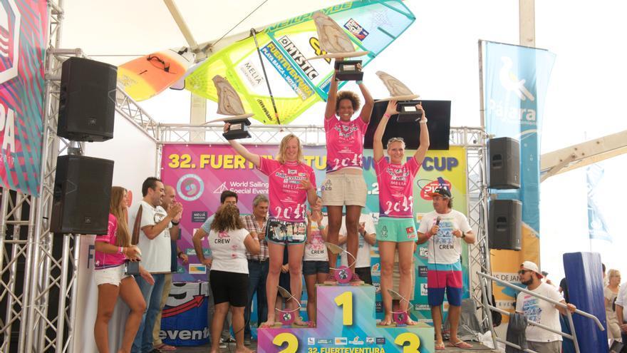 Podio femenino de la prueba de Freestyle de Fuerteventura con Sarah-Quita en primer lugar, la danesa Maaike Huvermann segunda y la noruega Oda Johanne Stokstad