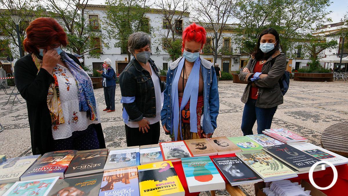Día del Libro entre vecinos en la plaza de San Agustín.