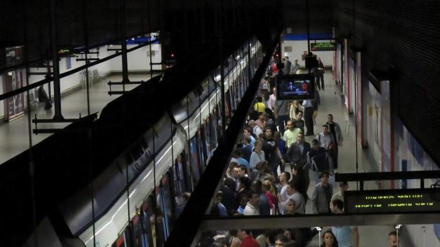Los españoles invierten algo más de una hora diaria en transporte público