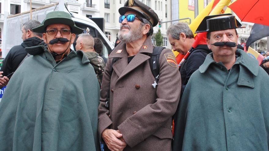 Tres agentes disfrazados de guardia civil y policía nacional, este sábado, en Callao (Madrid)