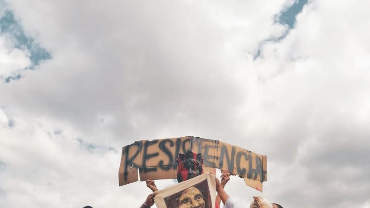 Protesta ante la estatua de Isabel La Católica en Quito (Ecuador).