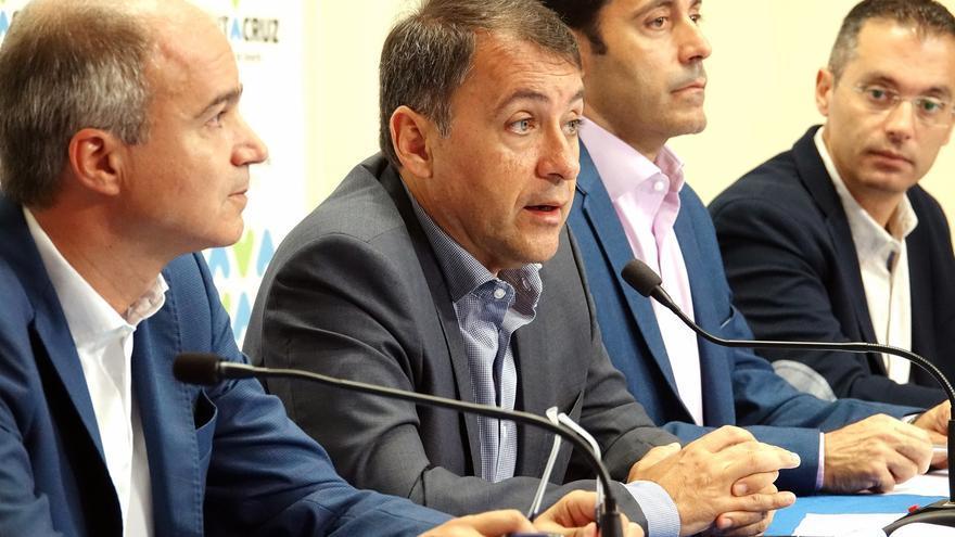 José Manuel Bermúdez (segundo por la izquierda), alcalde de Santa Cruz, este martes, junto a otros concejales