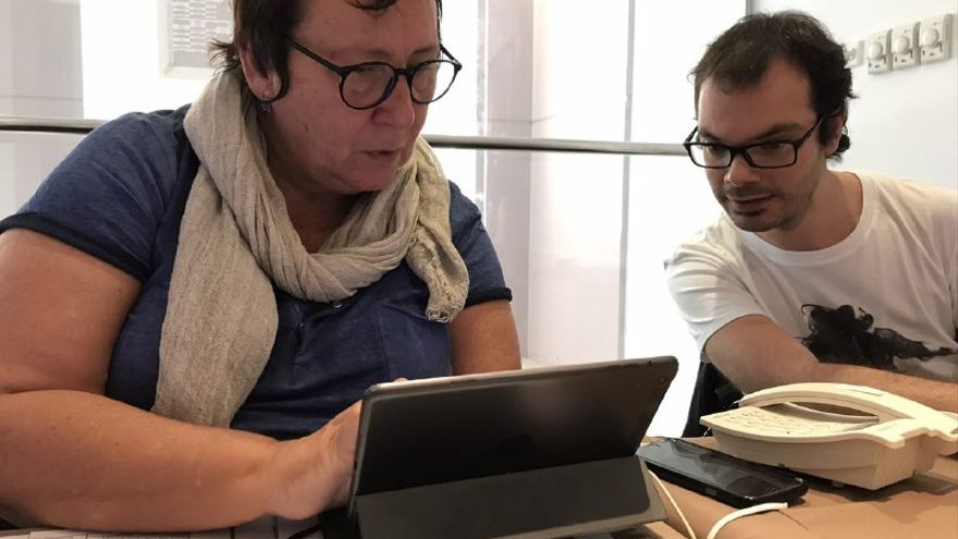 Dania Devora y Alby Ramírez, en la oficina de Producción de Womad Cáceres.