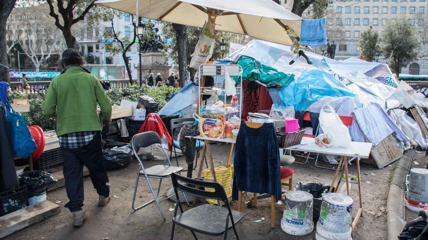 Acampada de los sin techo en plaza Catalunya