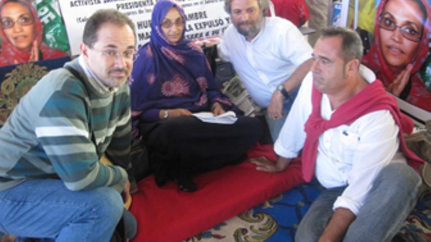 Los sacerdotes Angel Rodríguez,Jorge Hernández ySergio Afonso con Aminetu Haidar. (CANARIAS AHORA)