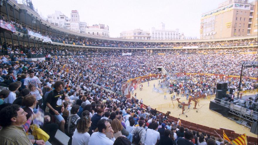 Imagen de la celebración del 25 d'Abril en la plaza de toros en 1998
