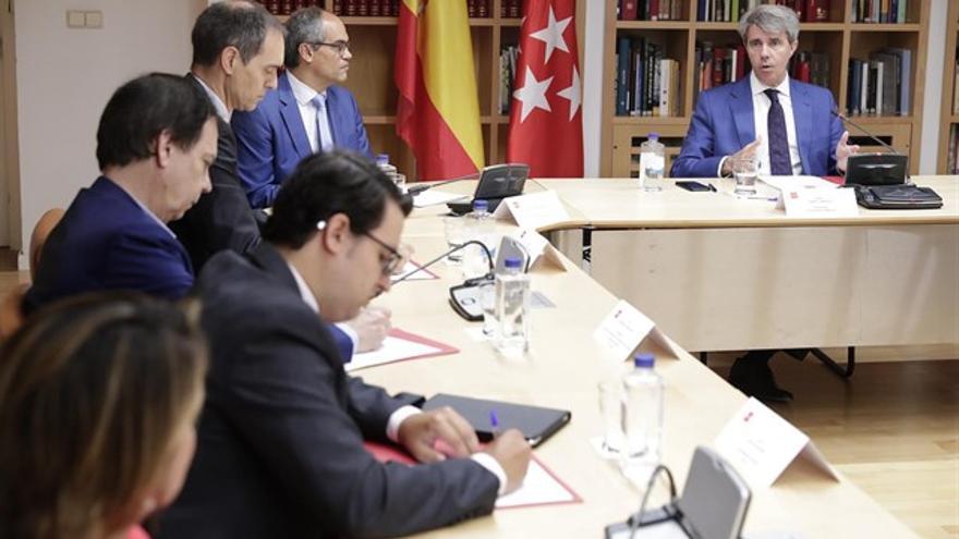 El presidente, Ángel Garrido, y el consejero de Educación, reunidos con representantes de la concertada. / EP