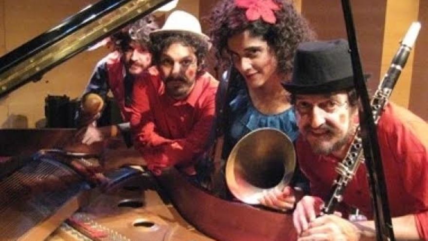 El Palacio acoge un concierto familiar a cargo de la banda del cántabro Nacho Mastretta