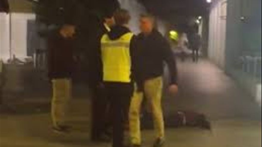 Imagen del vídeo que muestra la agresión a un joven en la plaza de Santa Isabel