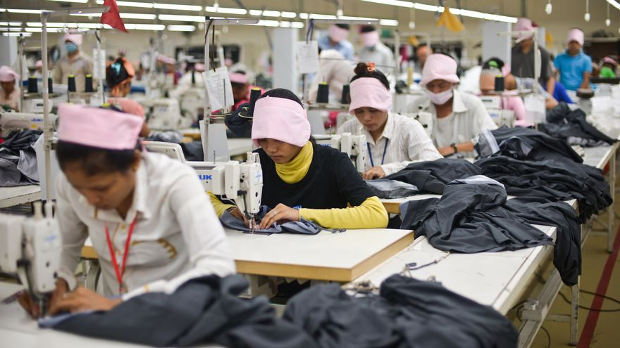 Mujeres en una fábrica textil de Phnom Penh, la capital de Camboya / © Samer Muscati/Human Rights Watch