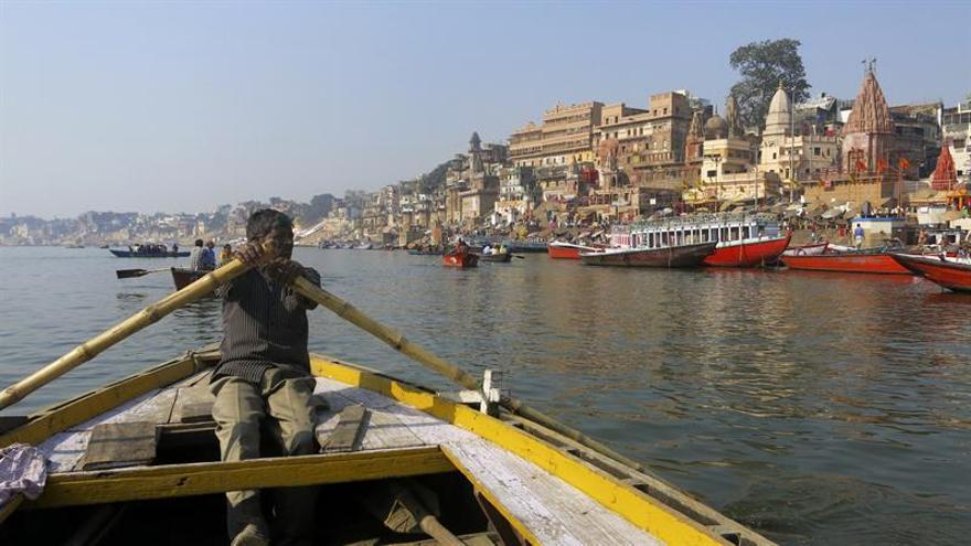 La contaminación mata al sagrado río Ganges e intoxica a los devotos hindúes