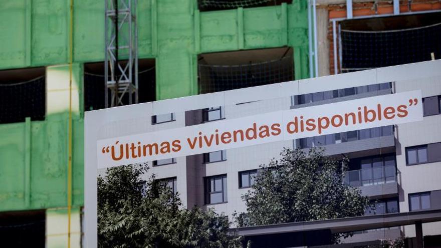 Carteles de venta de viviendasen Madrid capital.