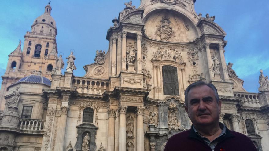 Rafael González Tovar delante de la Catedral de Murcia / MJA