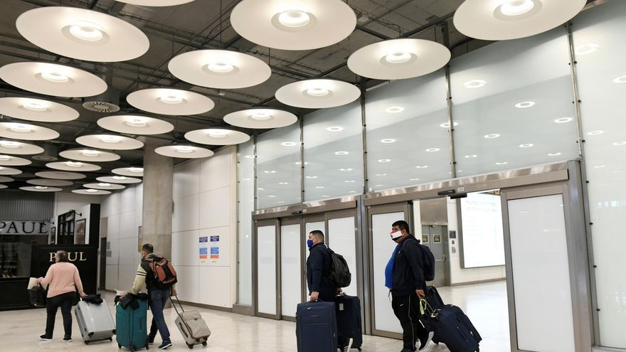 En la imagen, viajeros en la Terminal 4 del aeropuerto Adolfo Suárez Madrid Barajas.