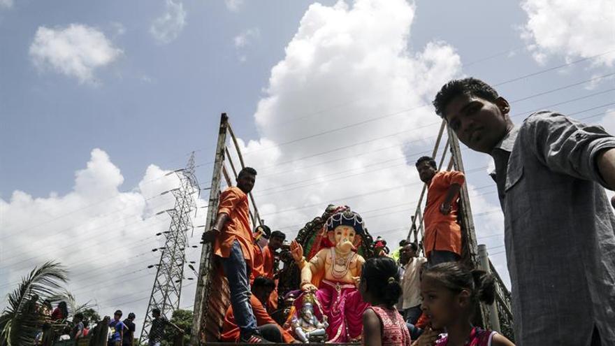 """Imágenes enormes de """"Ganesha"""" inundan la India para celebrar al dios elefante"""