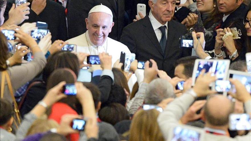 """El papa denuncia la """"falsa compasión"""" en ayudar a abortar o en la eutanasia"""