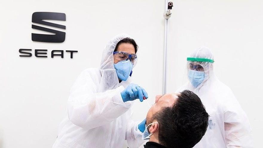 Empleado de Seat se somete a una prueba diagnóstica de COVID-19.