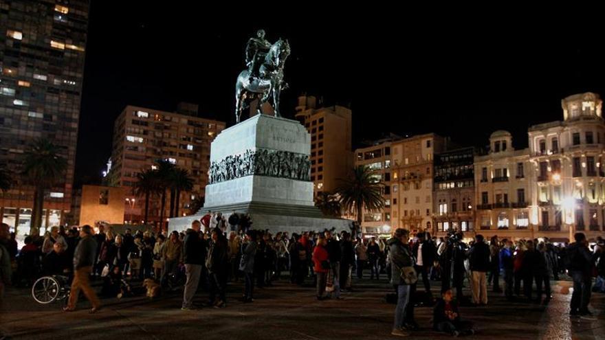 Uruguay instala una cúspide lumínica en su edificio más emblemático