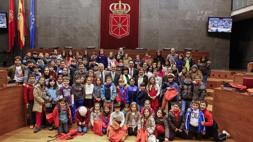 Más de 70 escolares participan en una sesión plenaria en el Parlamento en torno al fomento del valor de la atención