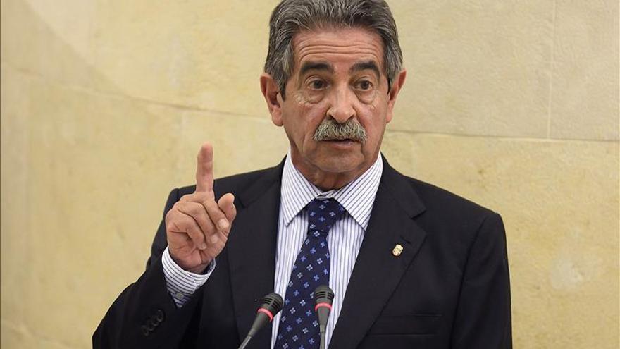 Miguel Ángel Revilla (PRC) en la tribuna del Parlamento de Cantabria.   EFE