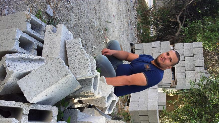 Salim, dueño de una fábrica de ladrillos artesanales junto a los ladrillos de mala calidad que se ven obligados a fabricar con gravilla reutilizada/ Foto: Isabel Pérez, mayo 2014.