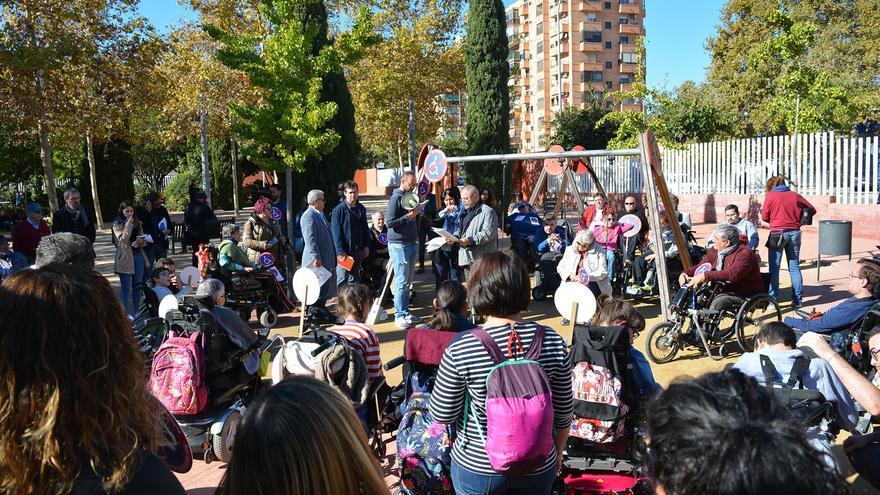 Decenas de personas frente al parque de Marxalenes reivindican una accesibilidad real a los espacios públicos