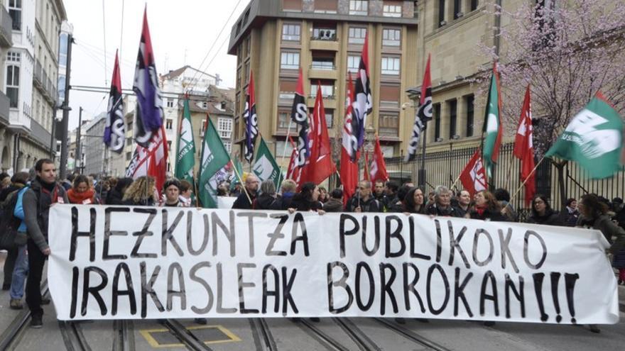Los docentes protestan frente al Parlamento vasco, en Vitoria. Foto: ELA