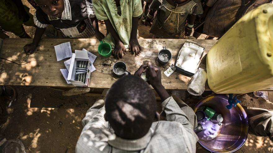 Según la OMS, que recomienda este método preventivo, alrededor de 25 millones de niños del Sahel podría protegerse de contraer malaria a través de la quimioprevención de la malaria estacional. Niños esperan a recibir una de las dosis que conforman el tratamiento. Fotografía: Juan Carlos Tomasi