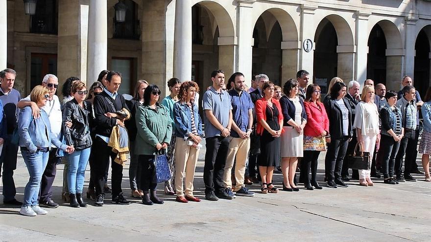 Un momento de la concentración del Ayuntamiento de Vitoria en repulsa al asesinato de Ana Belén.