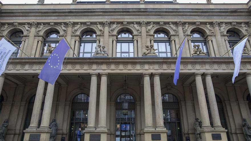 Banderas de la Unión Europea ondean a la entrada de la bolsa de Fráncfort (Alemania).