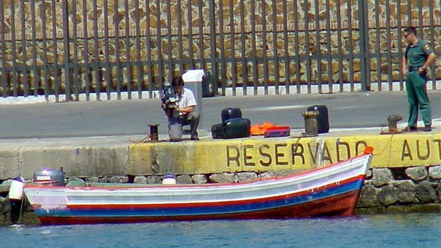 Imagen de archivo de una patera intervenida por efectivos de la Guardia Civil de Ceuta cuando navegaba con destino a las costas peninsulares./ EFE.